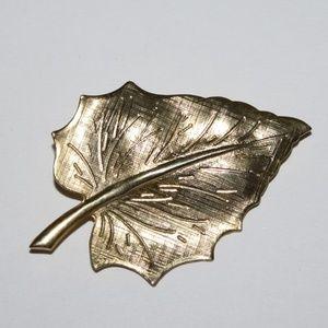 Beautiful gold leaf brooch Vintage